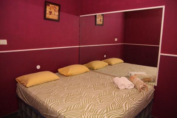 חדרים לפי שעה בבת ים, אירוח חלומי מספק לכם חדרי אירוח רומנטיים, לכל יחידה כניסה נפרדת. תהנו אצלנו מדיסקרטיות מוחלטת ו-100% פרטיות.