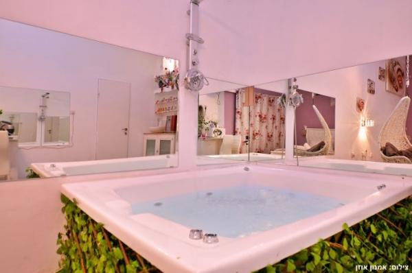 הסוויטה בשינקין – חדרים לפי שעה בתל אביב – סוויטה מפוארת ורומנטית במיוחד עם גקוזי ענק! תמונות ומחירים כאן באתר!